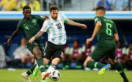 Argentina chiến thắng may mắn, HLV bị đồn mất ghế lại được thể tâng bốc Messi
