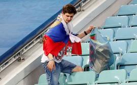 World Cup 2018: Đau đớn vì thất bại, CĐV Nga vẫn không quên dọn rác trên khán đài