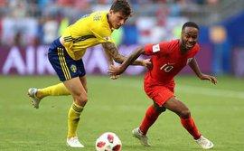 Cầu thủ Anh đi sai tất - phạt tiền tỉ, Croatia uống sai bia - cũng phạt tiền tỉ