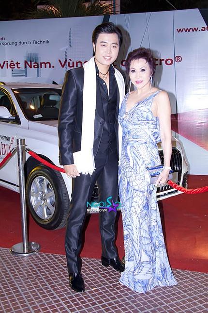 Hoàng Việt và người tình U60 đắm đuối trên thảm đỏ