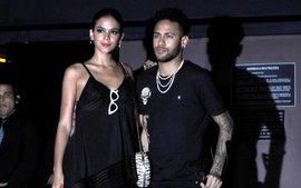 Neymar chống nạng cùng bạn gái dự tiệc sinh nhật