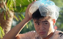 Duy Mạnh hồi phục, phải đặt túi đá lạnh lên đầu sau pha va chạm đến bất động với Hà Minh Tuấn