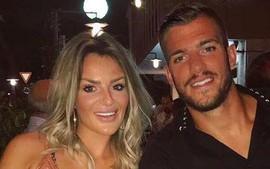 Cầu thủ Inter điển trai và vợ bị dọa giết vì khiến đội nhà thủng lưới
