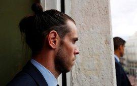 Ronaldo hớn hở khoe cúp, Gareth Bale lặng lẽ suy tư trong lễ mừng công của Real Madrid