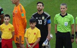 Vì sao thủ thành Argentina học theo Ronaldo, quay lưng lại với Messi khi hát quốc ca?