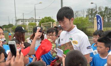 Xuân Trường, Công Phượng vui vẻ chơi bóng cùng trẻ em Hà Nội