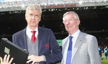 Sir Alex tặng kỷ niệm chương cho Wenger, hình ảnh đẹp khiến fan bóng đá bồi hồi
