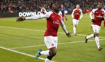 Arsenal đặt một chân vào