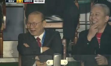 HLV Park Hang-seo bật cười trước pha bóng