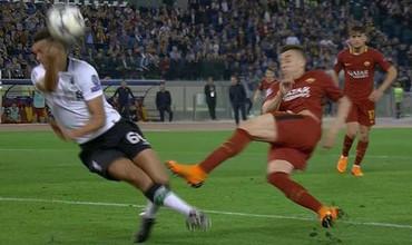 Roma nổi điên vì trọng tài, Klopp khẳng định Liverpool may mắn