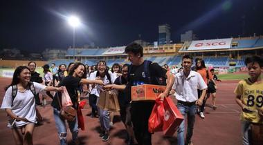 Fan nữ đuổi theo Bùi Tiến Dũng, tặng của thùng mỳ tôm