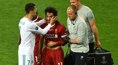 Nhìn Salah rơi lệ, Ronaldo cũng đồng cảm chạy đến ai ủi